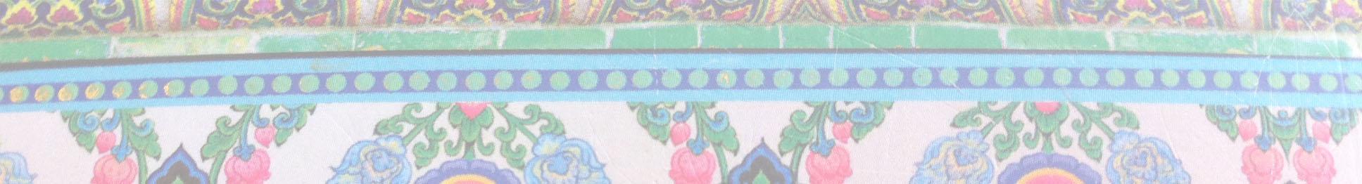 Verschillende lichtgekleurde balken met ornamenten in groen, roze, blauw