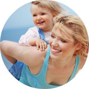 Blije moeder met kind op rug